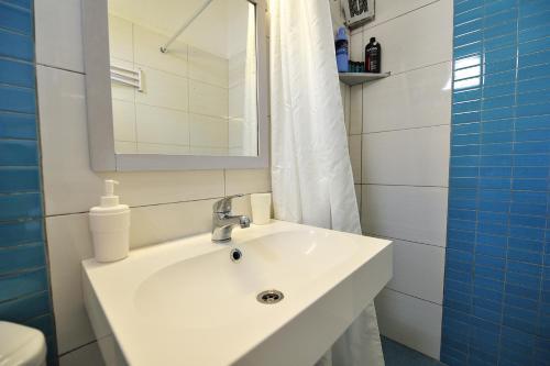 A bathroom at Amalthia Studios