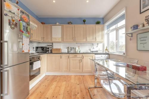 A kitchen or kitchenette at Spacious 2 Bedroom Flat in Acton