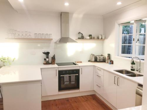 A kitchen or kitchenette at 4 bedroom house - Walk to Southbank