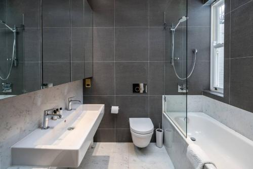 A bathroom at Stylish 3bed flat in Marylebone, by Regent's Park!