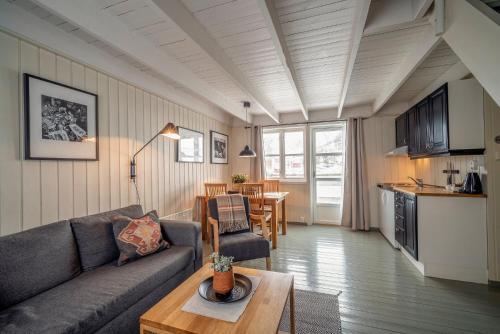 Et sittehjørne på Nyvågar Rorbuhotell - By Classic Norway Hotels