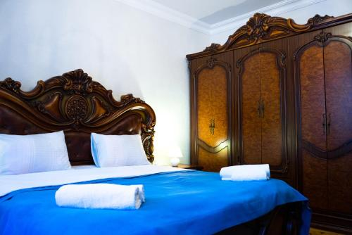 A bed or beds in a room at Old District