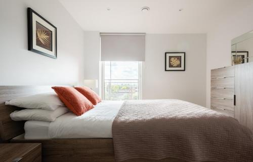 A bed or beds in a room at 2 Bedroom 2 Bathroom Apartment with large balcony