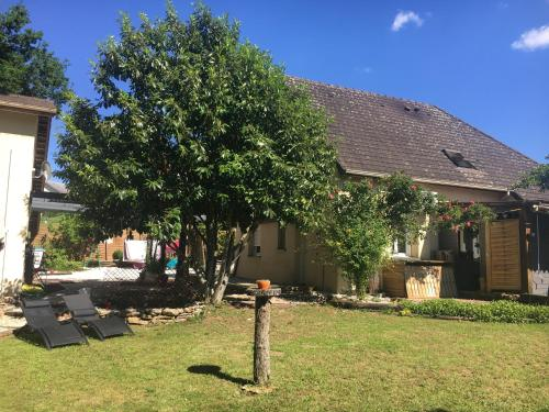 A garden outside APPART D'HOTES BRIVE OUEST (USSAC)