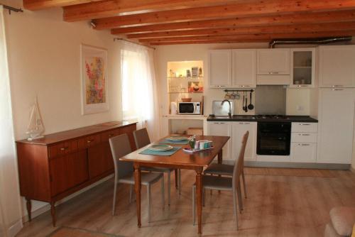 A kitchen or kitchenette at Vista Lago