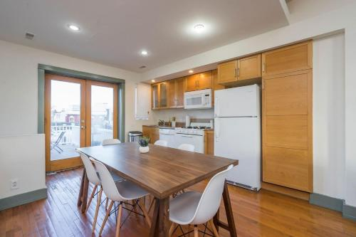 A kitchen or kitchenette at Spectacular Bi-level with 3 BD and a Roof Deck!!