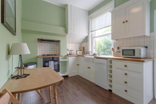 A kitchen or kitchenette at Cosy Three Bedroom Apartment In Fulham