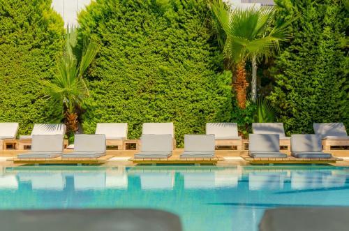 Het zwembad bij of vlak bij Drossia Palms Hotel and Nisos Beach Suites