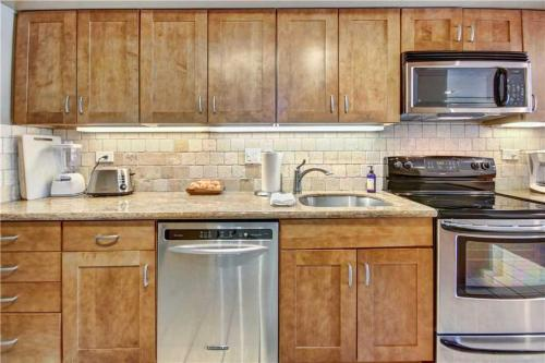 A kitchen or kitchenette at 1 Bedroom Ocean View Condo in Kaanapali - Sleeps 4 - Maui Kaanapali Villas #D275