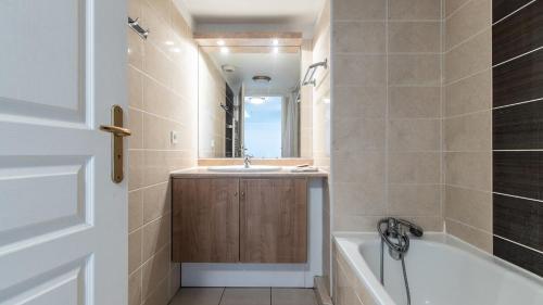 A bathroom at Résidence Le Crystal