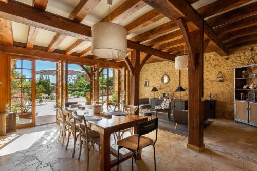 A restaurant or other place to eat at La Ferme De L Embellie