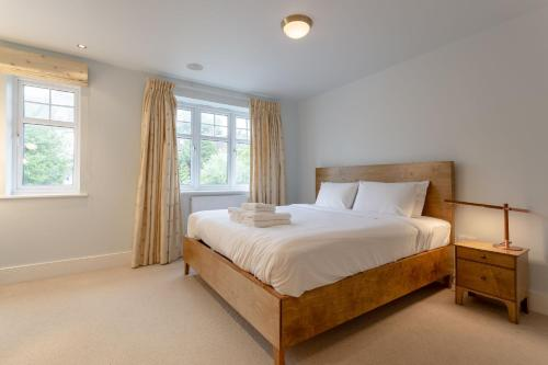 A bed or beds in a room at 3 Bedroom Home In The Heart Of Wimbledon