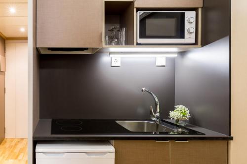 A kitchen or kitchenette at Aparthotel Bonanova