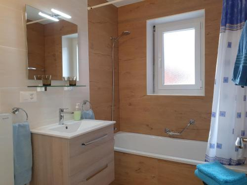 A bathroom at Apartments Weid