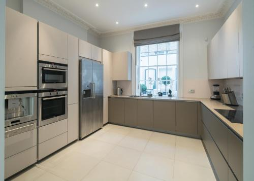A kitchen or kitchenette at Luxurious Central London Executive Accommodation For 10