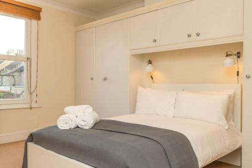 A bed or beds in a room at Cosy One Bedroom Forrest Hill, Close to stations