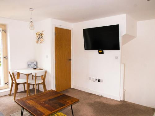 A television and/or entertainment center at Impressive Urban Townhouse - Leeds City Centre