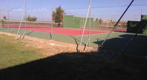 Tennis and/or squash facilities at Apartaclub la Barrosa or nearby
