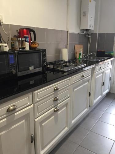 A kitchen or kitchenette at LA MAISON DE LA MER
