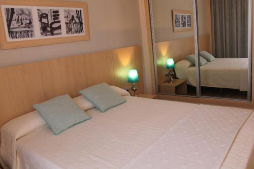 A bed or beds in a room at Advise Hotels Reina