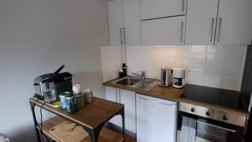 A kitchen or kitchenette at La Cour des Chevau-Legers