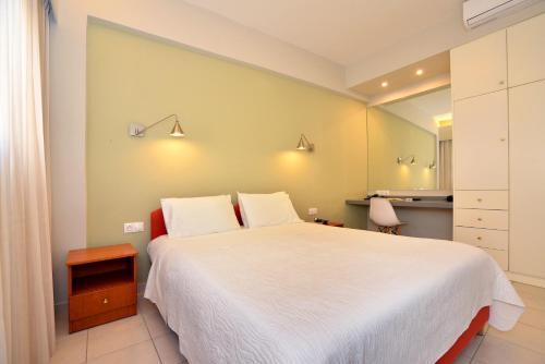 Een bed of bedden in een kamer bij Theoxenia Hotel Apartments