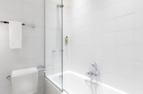 A bathroom at Résidence Charles Floquet