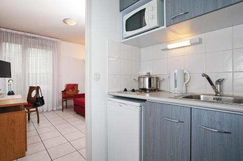 Cuisine ou kitchenette dans l'établissement Séjours & Affaires Lyon Park Lane