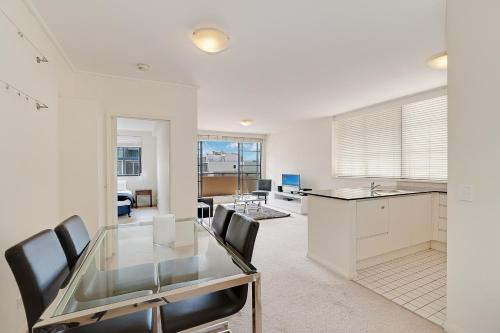 A kitchen or kitchenette at Wyndel Apartments - Apex North Sydney