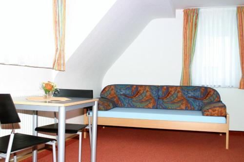A seating area at Das Apartmenthaus