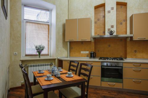 A kitchen or kitchenette at Apartment at Kiev Train Station
