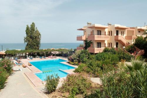 Uitzicht op het zwembad bij Ekavi Apartments of in de buurt