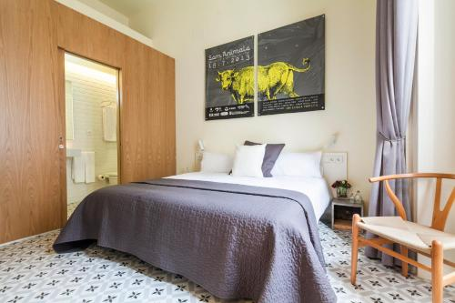 A bed or beds in a room at Uma Suites Pau Claris