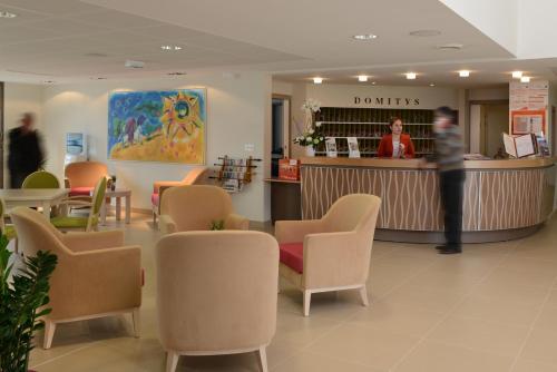 The lounge or bar area at Domitys Le Jardin des Trois Rois