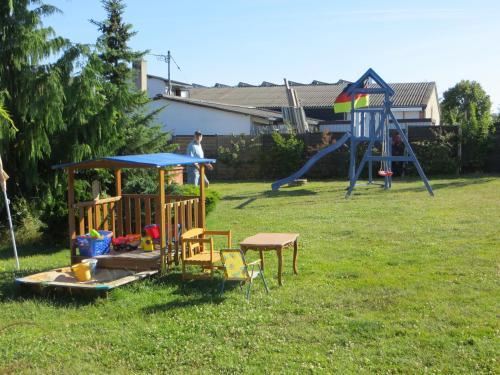 Ein Kinderspielbereich in der Unterkunft Ferienwohnungen Engelsgaertchen