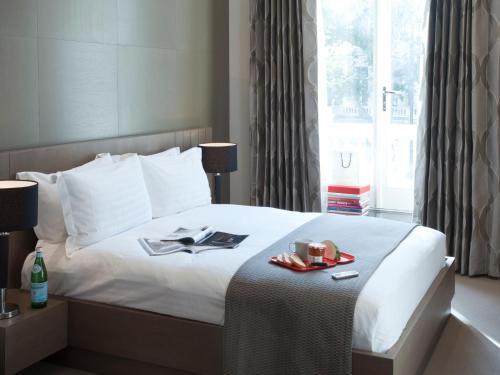 Postel nebo postele na pokoji v ubytování 130 Queen's Gate Apartments
