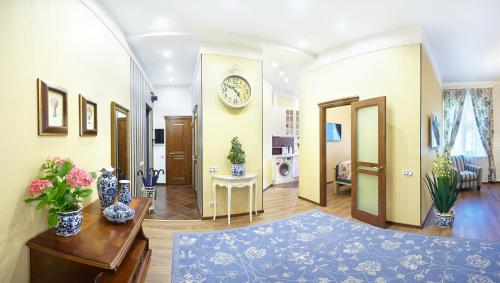 The lobby or reception area at Apartment on Rubinsteina 9/3