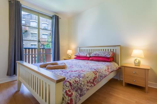 A bed or beds in a room at London Tower Bridge Apartments