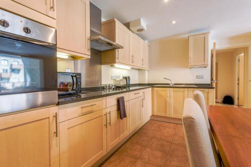 A kitchen or kitchenette at London Tower Bridge Apartments