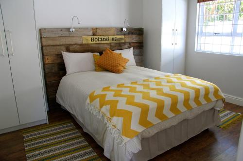 A bed or beds in a room at Lazy Days Apartments - Cape Town