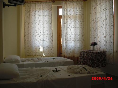 Een bed of bedden in een kamer bij Semiz Apart Hotel