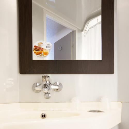 A bathroom at Premiere Classe Bourges