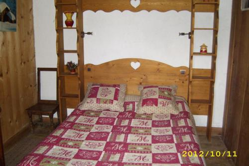 "A bed or beds in a room at Chalet ""Sous l'saix"""