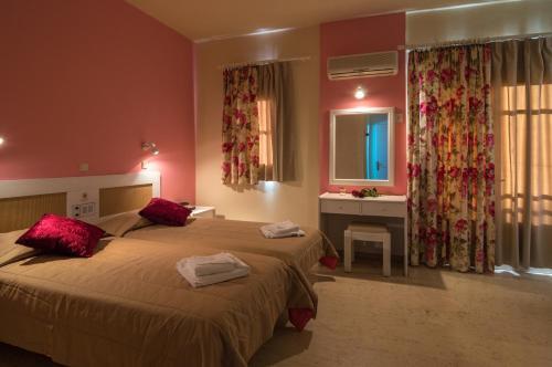 Een bed of bedden in een kamer bij Manolis Apartments