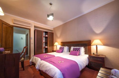 Ein Bett oder Betten in einem Zimmer der Unterkunft Hotel St John Villas, Suites & Spa