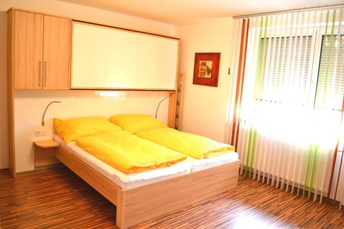 A bed or beds in a room at Easyapartments Leo