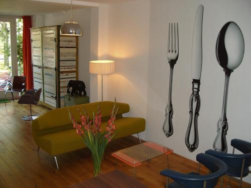 A seating area at Studio Zaagmolen