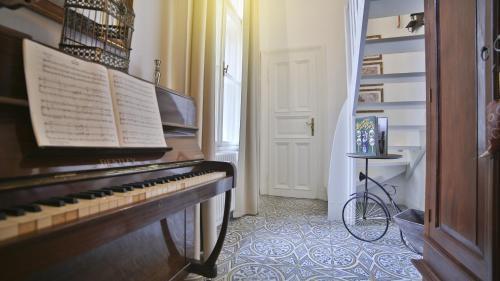 Ein Etagenbett oder Etagenbetten in einem Zimmer der Unterkunft Nadi's Home – Heart of Budapest
