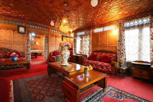 Royal Dandoo Palace - House Boat