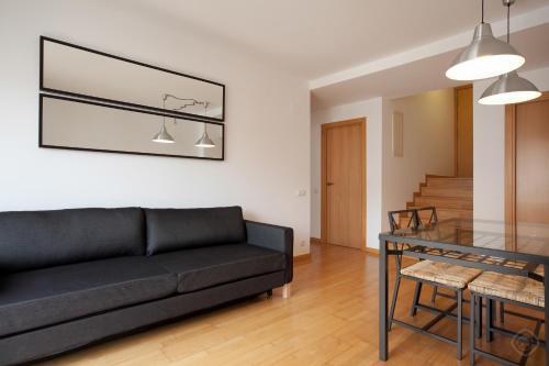 En sittgrupp på Guell Modern Apartment